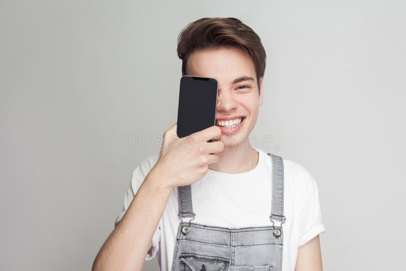 Portret śmieszna przystojna nowożytna młoda chłopiec w demin kombinezonach zdjęcie royalty free