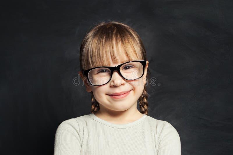Portret śmieszny śliczny dziecko na szkolnym sali lekcyjnej tle zdjęcia stock