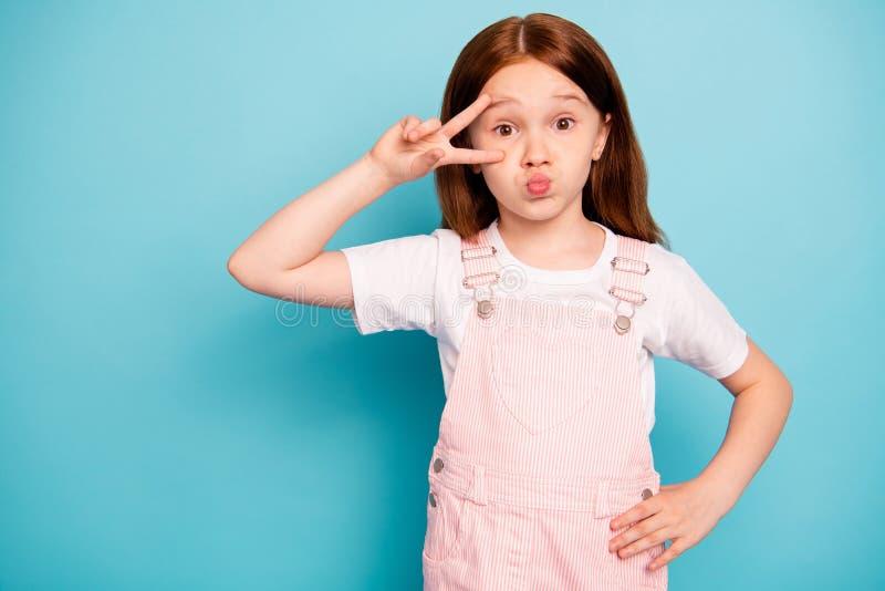 Portret śmieszny jej ostry dzieciak warga pouted tłuściuchnego lotniczego cios błaź się robić znakom odizolowywającym nad błękitn zdjęcia stock