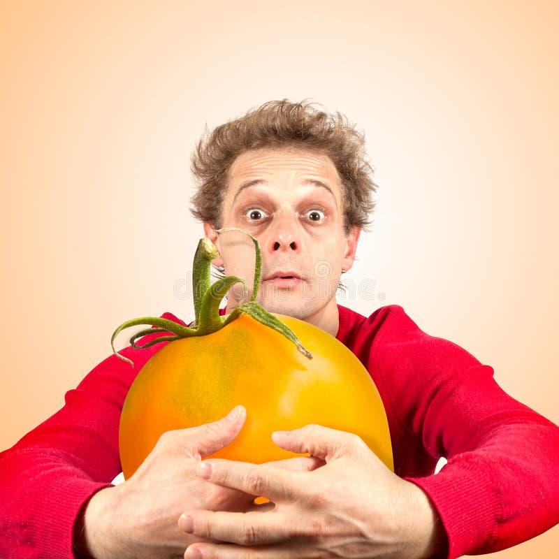 Portret śmieszny mężczyzna z pomidorem obrazy stock