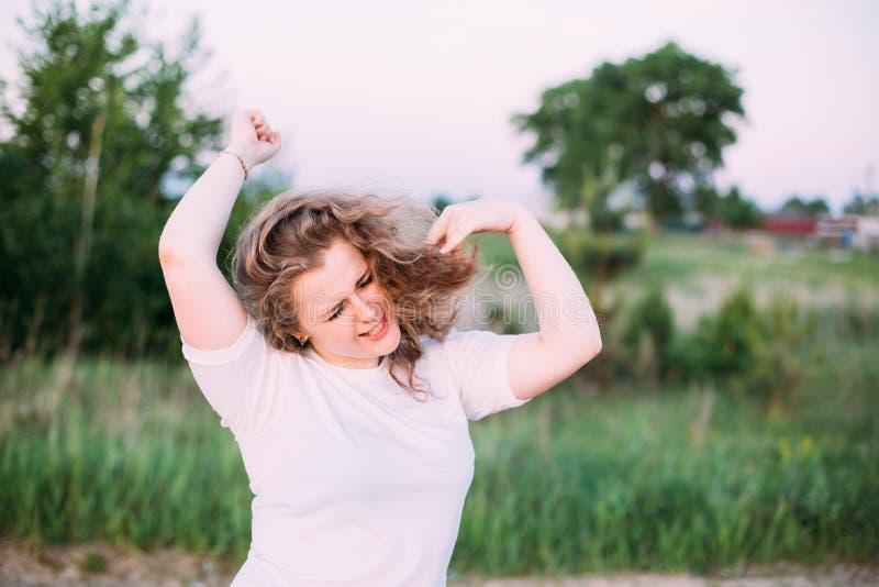 Portret Śmieszny Piękny Plus Wielkościowa młodej kobiety dziewczyna W bielu obrazy stock