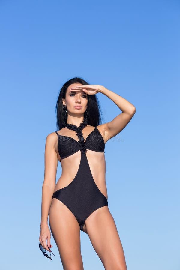 Portret żeńska osoba w stroju jednoczęściowy swimsuit przeciw niebu zdjęcie royalty free