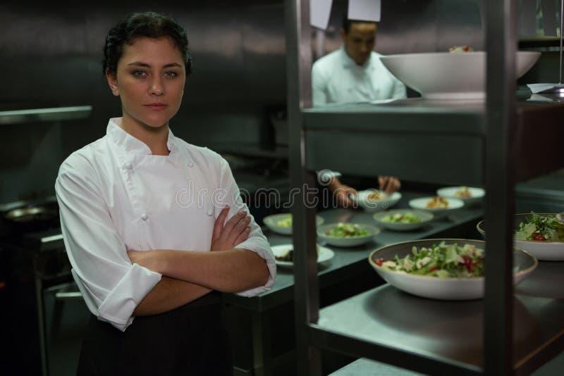 Portret żeńska szef kuchni pozycja z rękami krzyżować zdjęcie royalty free