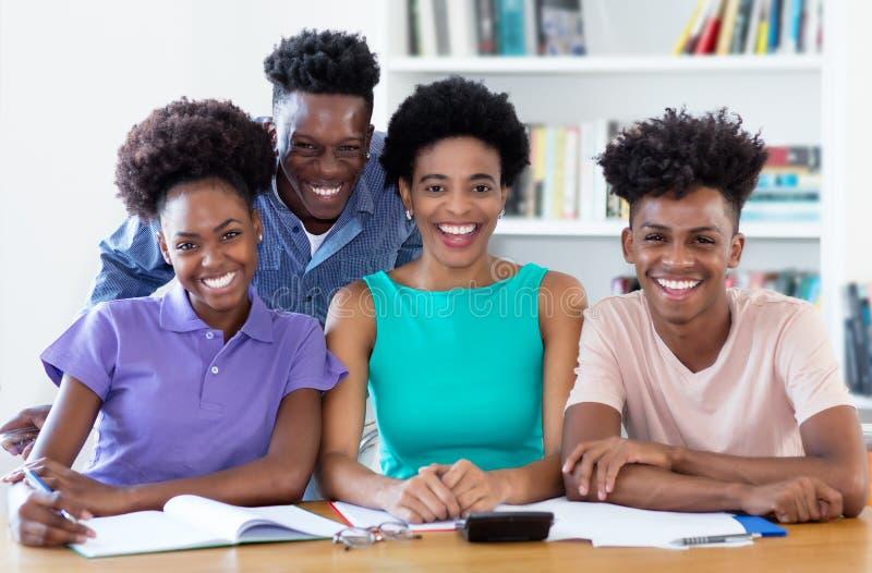 Portret żeński nauczyciel z amerykanin afrykańskiego pochodzenia uczniami fotografia royalty free