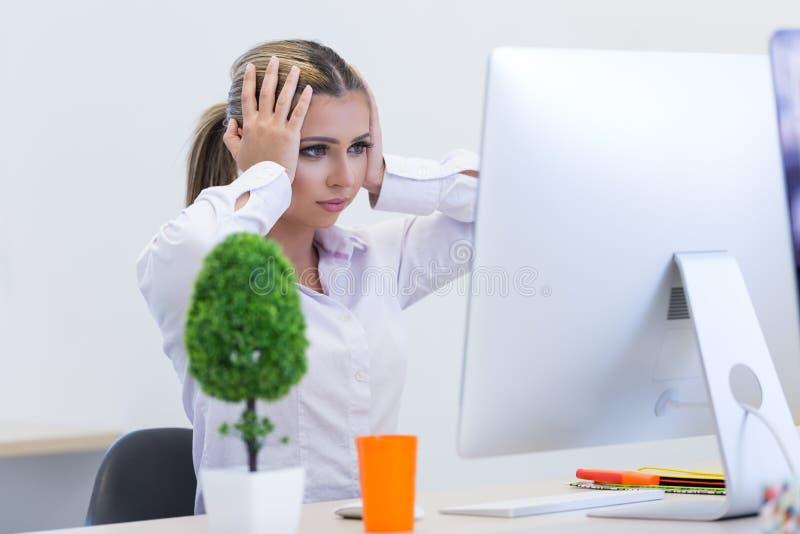 Portret żeński przedsiębiorcy obsiadanie w biurze podczas gdy doin obraz stock