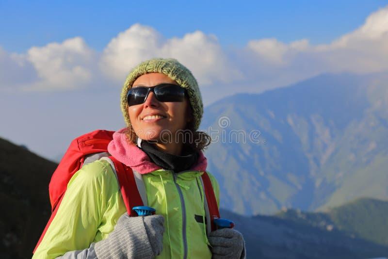 Portret żeński turysta z plecakiem fotografia stock