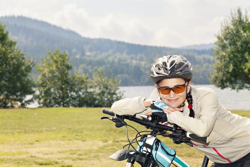 Portret żeński turystyczny cyklista pozuje na tle zdjęcie stock