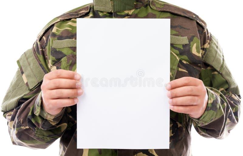 Portret żołnierz trzyma białego prześcieradło papier obrazy stock