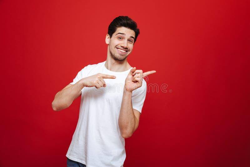 Portret życzliwy młody człowiek w białej koszulce obrazy royalty free