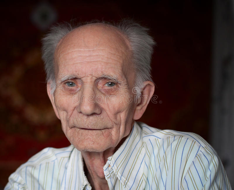 Portret życzliwy starsza osoba mężczyzna zdjęcia royalty free