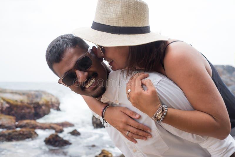 Portret żywi potomstwa dobiera się przy plażą Są szczęśliwi i uśmiechy Pojęcie właśnie zamężna rodzina obraz stock