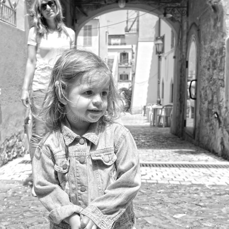 Portret ?adna ma?a dziewczynka w w?oskiej wiosce Jej mum na tle San Felice Circeo, Lazio, W?ochy fotografia royalty free