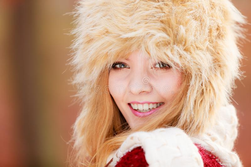 Portret ?adna mody kobieta w futerkowym zima kapeluszu zdjęcia royalty free