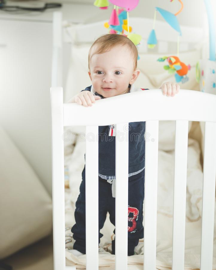 Portret adroable 1 roczniak chłopiec pozycja w biały drewniany ściąga obrazy royalty free