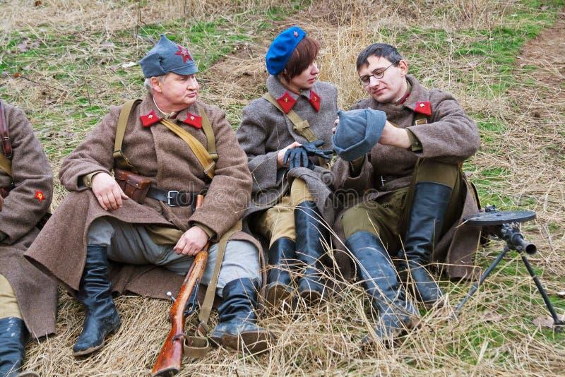 Portret aktorzy ubierał jako Rosyjski Radziecki żołnierz druga wojna światowa w dziejowej odbudowie w Volgograd zdjęcie stock