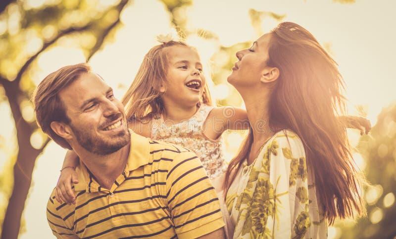 Portret als gelukkige familie in aard stock afbeeldingen