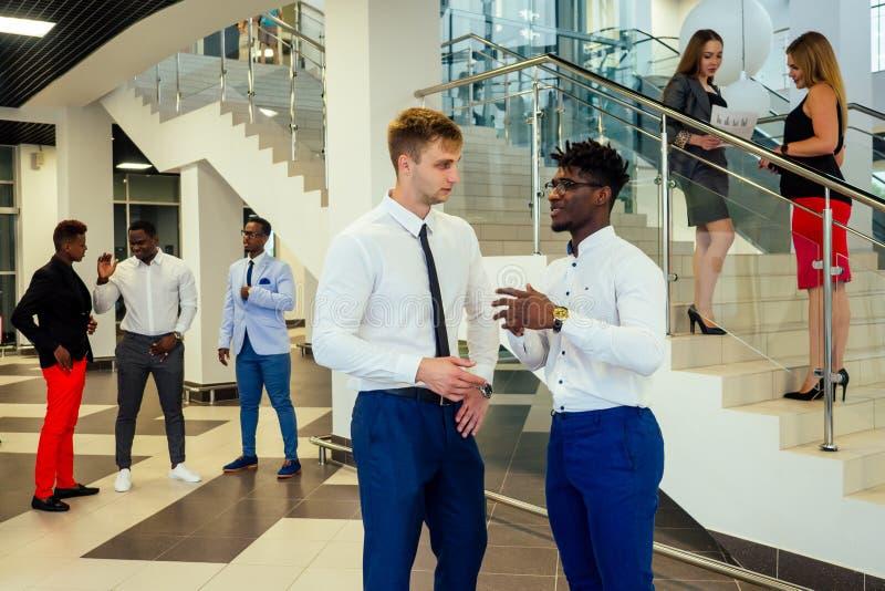 Portret ambitnego zespołu biznesowego — zróżnicowanych etnicznie wielonarodowych ludzi w stylowym garniturze, którzy się komuniku obrazy royalty free