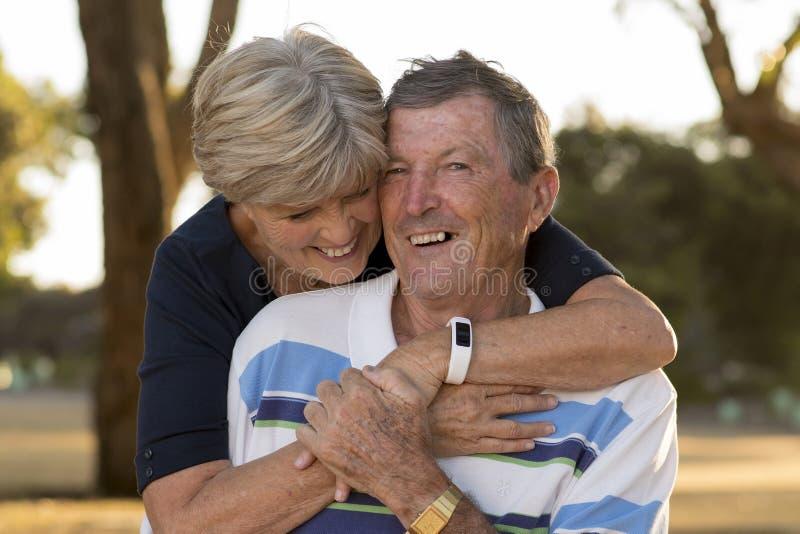 Portret Amerykańska starsza piękna, szczęśliwa dojrzała para ono uśmiecha się wpólnie wokoło 70 lat pokazuje w t i fotografia stock