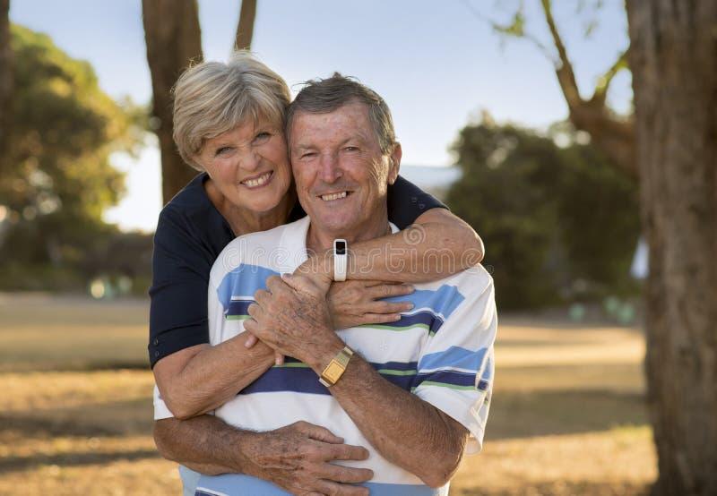 Portret Amerykańska starsza piękna, szczęśliwa dojrzała para ono uśmiecha się wpólnie wokoło 70 lat pokazuje w t i zdjęcie royalty free
