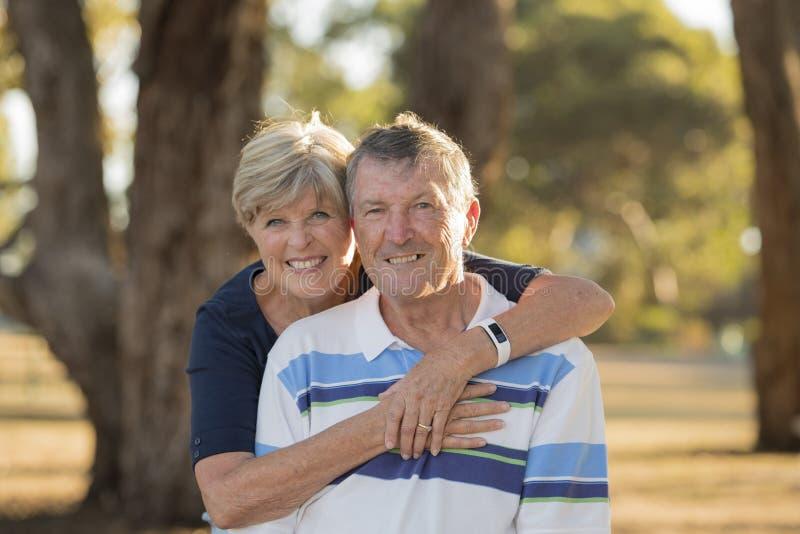 Portret Amerykańska starsza piękna, szczęśliwa dojrzała para ono uśmiecha się wpólnie wokoło 70 lat pokazuje w t i zdjęcia royalty free