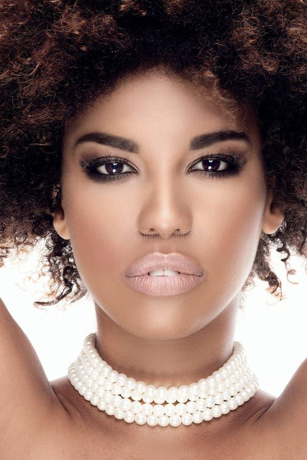 Portret amerykanin afrykańskiego pochodzenia dziewczyna w perłach zdjęcia stock