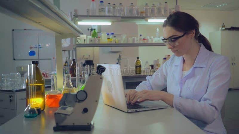 Portret arts die met laptop in laboratorium werken royalty-vrije stock fotografie