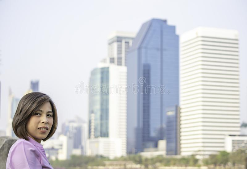 Portret Asean kobiety z krótkiego włosy brązu tła Budować rozmyty zdjęcie royalty free