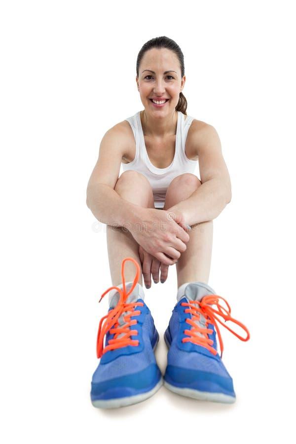 Portret atlety kobiety obsiadanie z sportów butami obraz stock