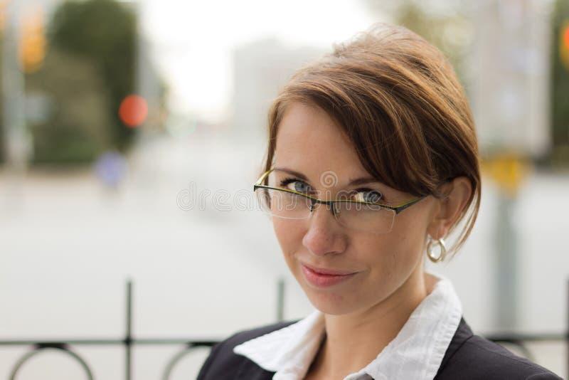 Portret atrakcyjna biznesowa kobieta z szkłami obrazy royalty free