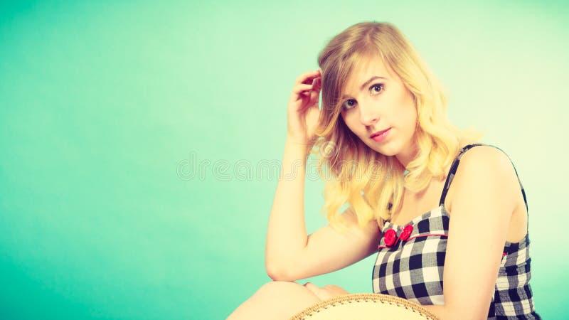 Portret atrakcyjna blondynki kobieta w sprawdzać wierzchołku zdjęcia royalty free