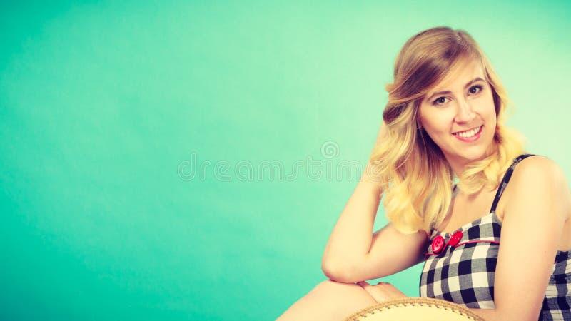 Portret atrakcyjna blondynki kobieta w sprawdzać wierzchołku obraz stock