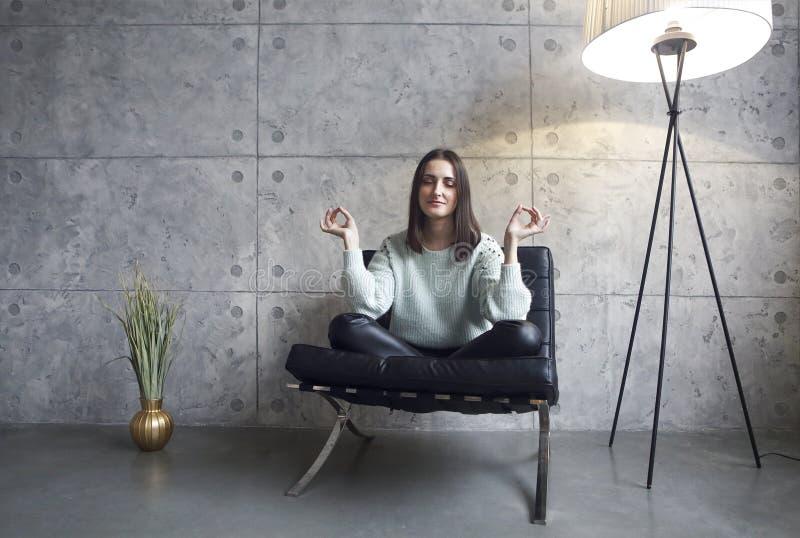 Portret atrakcyjna brunetki kobieta próbuje relaksować w zielonym pulowerze zdjęcie stock