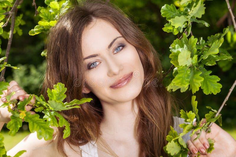 Portret atrakcyjna kobieta przy lato zieleni parkiem zdjęcia stock