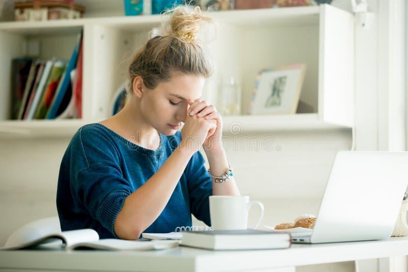 Portret atrakcyjna kobieta przy stołem, modli się pozycję zdjęcia royalty free