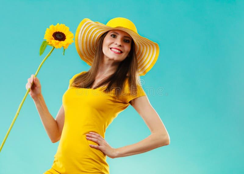 Portret atrakcyjna kobieta z słonecznikiem zdjęcia royalty free