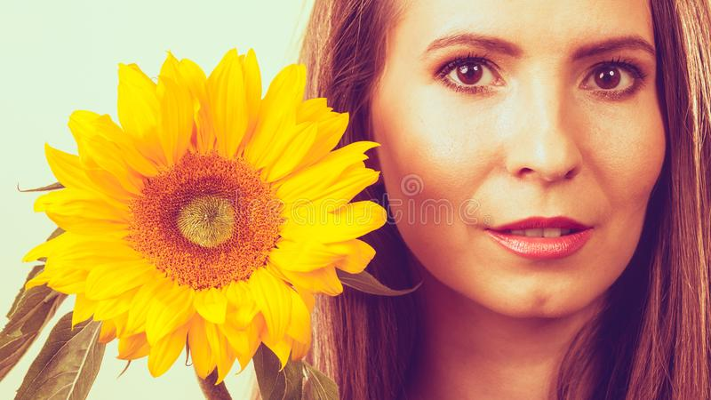 Portret atrakcyjna kobieta z słonecznikiem obraz stock