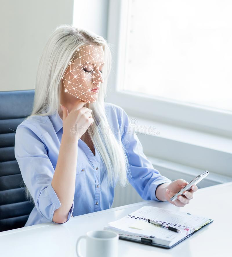 Portret atrakcyjna kobieta z scnanning siatką na jej twarzy Stawia czoło id, ochrona, twarzowy rozpoznanie, przyszłościowa techno fotografia stock