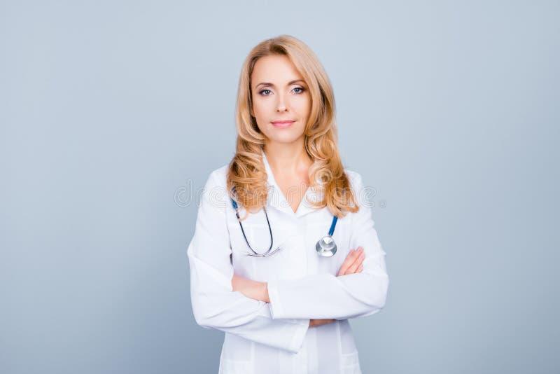 Portret atrakcyjna lekarka w bielu mundurze ma stethoscop fotografia royalty free