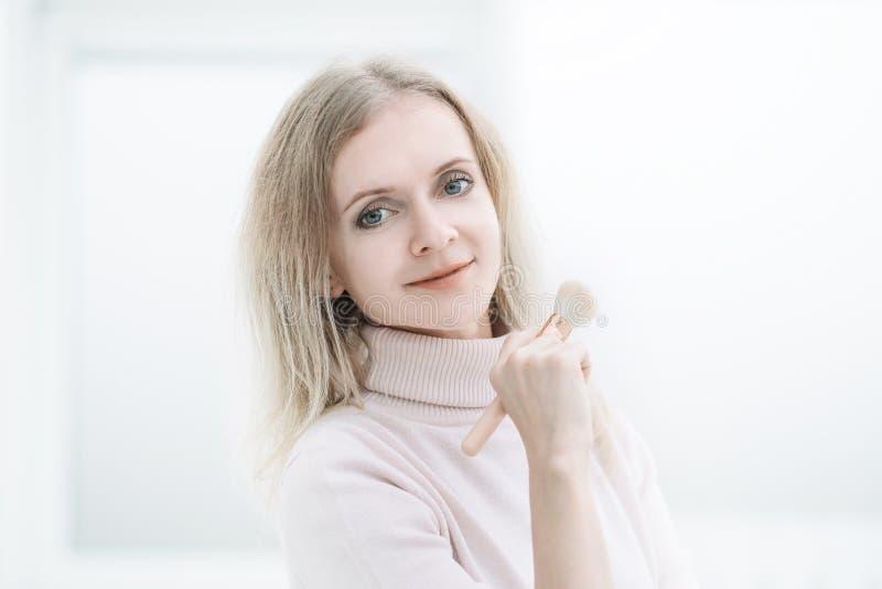 Portret atrakcyjna młoda biznesowa kobieta Odizolowywający na bielu obrazy royalty free