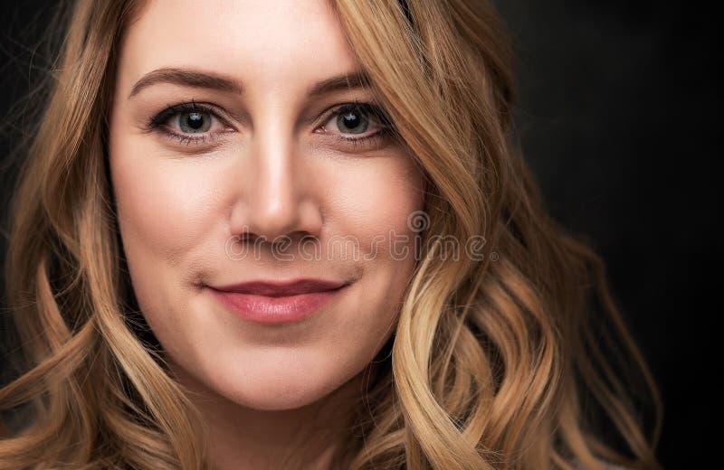 Portret atrakcyjna młoda blondynki kobieta na czarnym tle obrazy stock