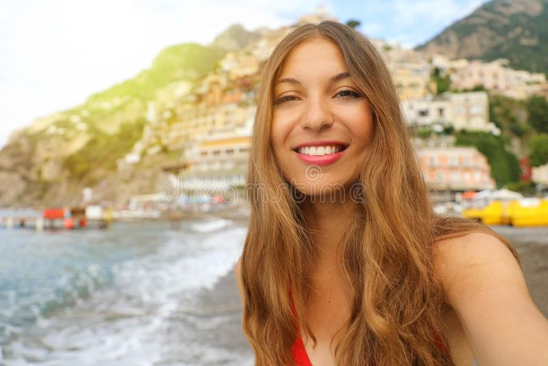 Portret atrakcyjna młoda kobieta w Positano wiosce na Amalfi zdjęcie royalty free