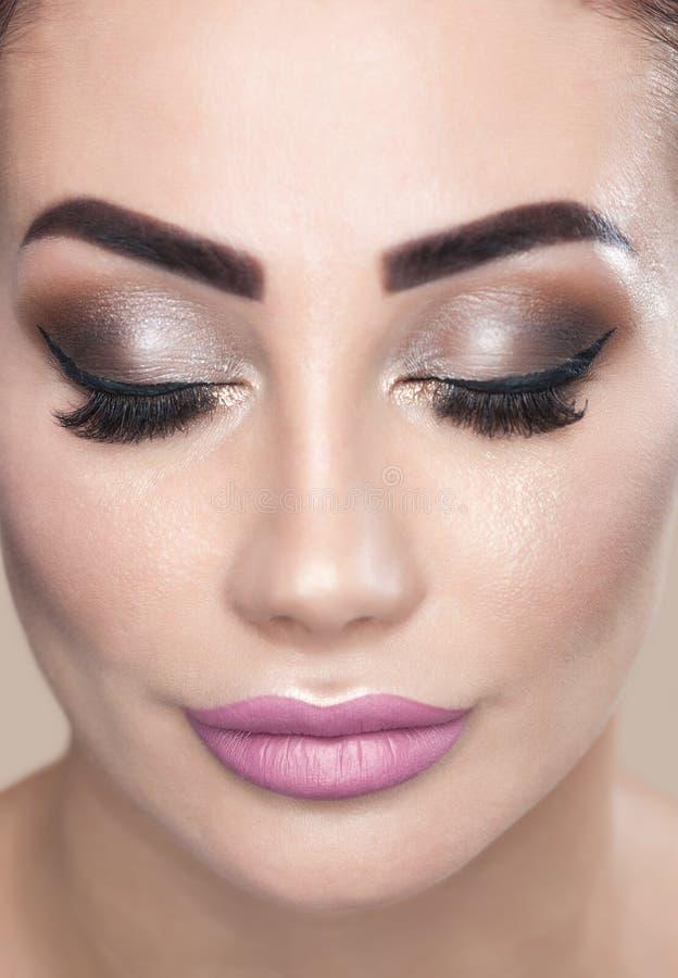 Portret atrakcyjna młoda kobieta z pięknym makijażem fotografia stock