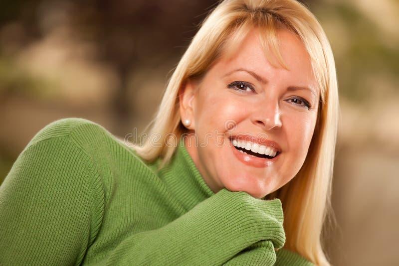 portret atrakcyjna przyglądająca się kobieta obraz stock