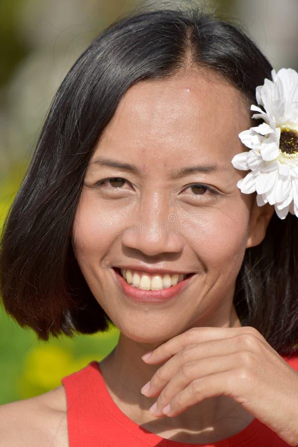 Portret Atrakcyjna Różnorodna kobieta Z kwiatem zdjęcie royalty free