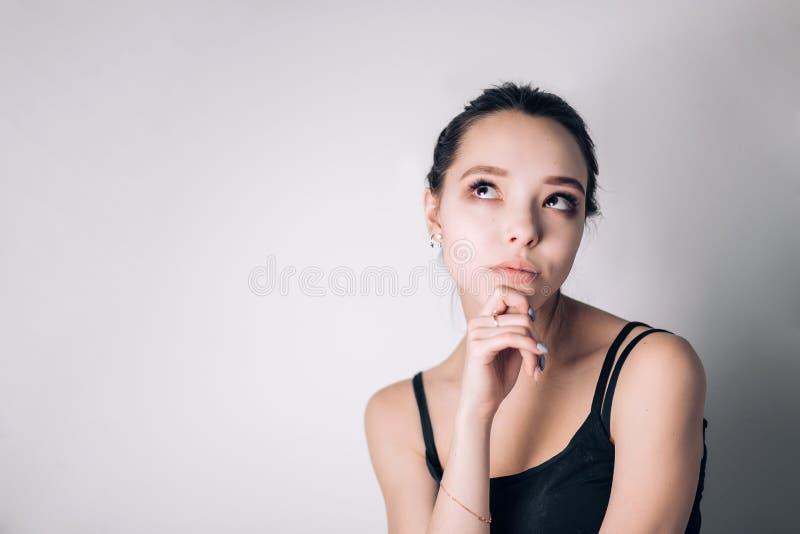 Portret atrakcyjna rozważna młoda brunetki kobieta zdjęcia royalty free