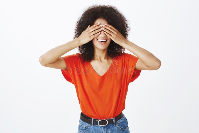 Portret atrakcyjna szczęśliwa afrykańska kobieta z afro fryzurą, zakrywa ono przygląda się z palmami i ono uśmiecha się szeroko p obraz stock