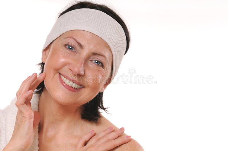 Portret atrakcyjna uśmiechnięta dojrzała kobieta zdjęcia stock