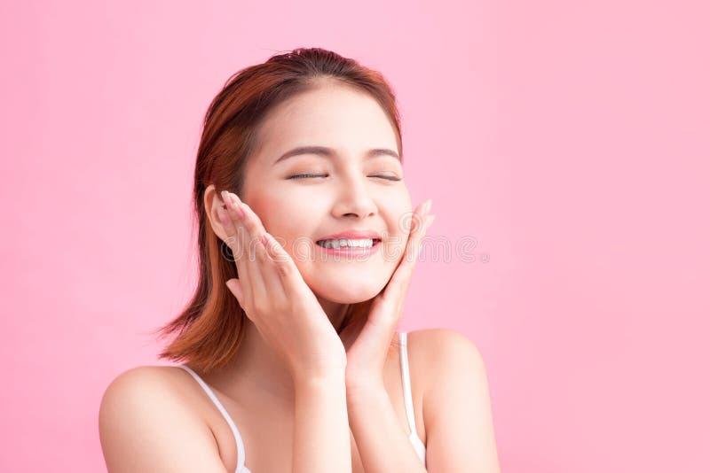 Portret atrakcyjna Wietnamska kobieta dotyka jej twarz na szpilce obrazy stock