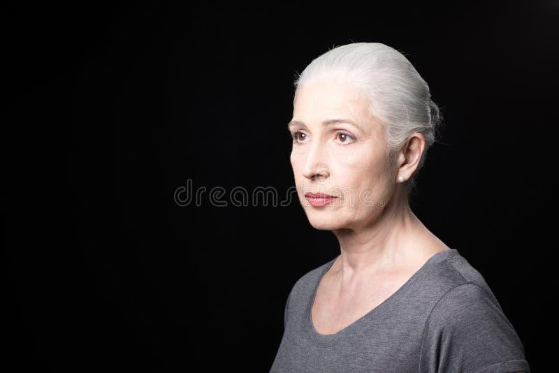 Portret atrakcyjna zadumana starsza kobieta fotografia stock