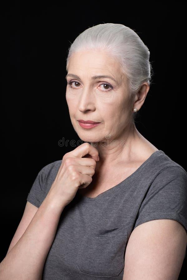 Portret atrakcyjna zadumana starsza kobieta zdjęcie royalty free